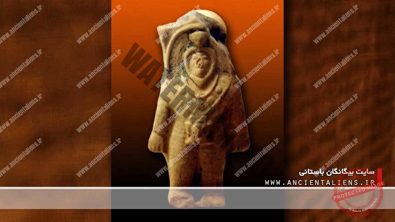 مجسمه باستانی با لباس فضانوردی